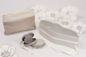 Schöne dezente Accessoires für einen besonderen Anlass. Einen Taillengürtel aus Seide oder ein hochwertiges Schmucketui aus Leder oder für Praktische eine feine Braut Clutch fürs Standesamt oder die Kirche